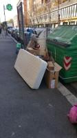 Rifiuti abbandonati di domenica sul marciapiede in Viale dello Statuto